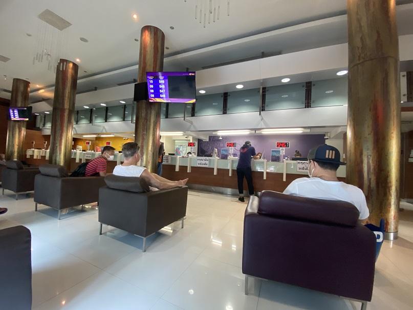 バンコク タイ国際空港サービスカウンター フライトキャンセルのため返金手続きへ