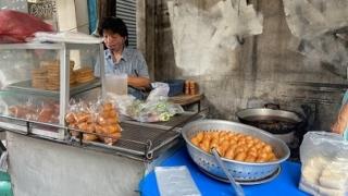 バンコク、行列の屋台 春巻きとさつま揚げの店